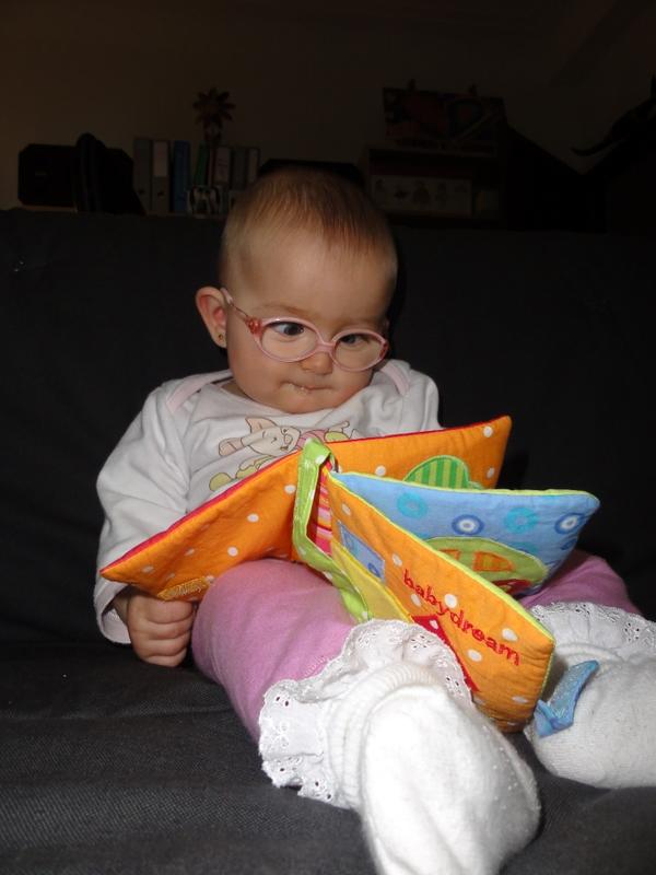 Laura Maria beim Studium ihres Büchleins