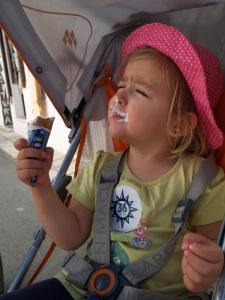 Laura Maria am Eis essen in Alberobello